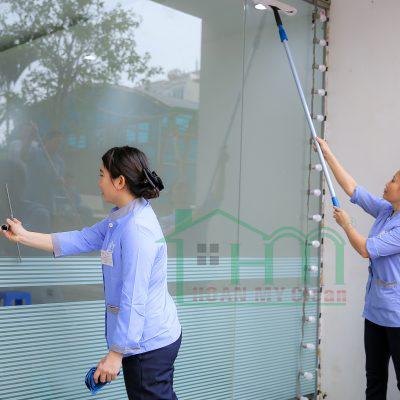 Dịch vụ làm sạch kính của Hoàn Mỹ Clean chuyên nghiệp, hiệu quả