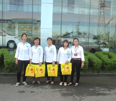 Tặng quà trung thu công nhân vệ sinh Hoàn Mỹ Clean tại Showroom Ô tô Việt Hùng