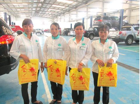 Tặng quà trung thu công nhân vệ sinh Hoàn Mỹ Clean tại Showroom Ô tô Việt Phát