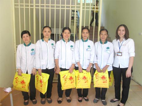 Tặng quà trung thu công nhân vệ sinh Hoàn Mỹ Clean Trường tiểu học Trung Tự