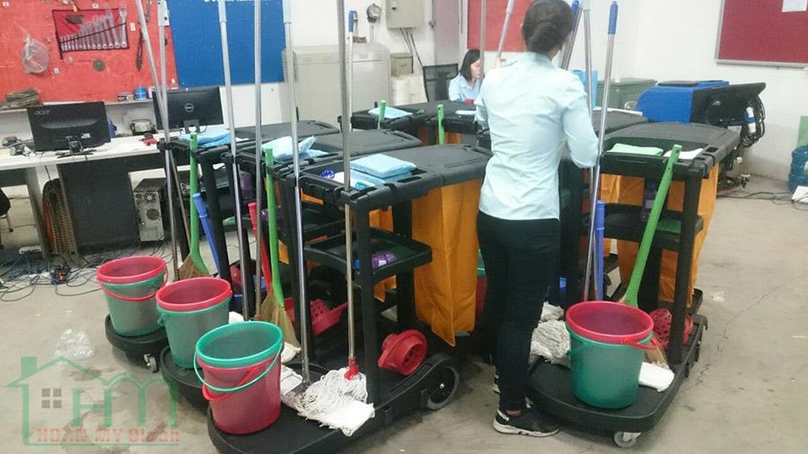 Tạp vụ Hoàn Mỹ vệ sinh trường học rất chuyên nghiệp, tận tâm