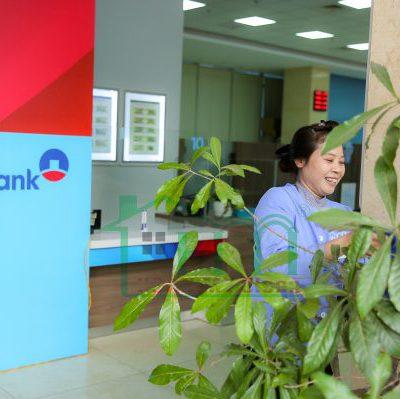 Hình ảnh tạp vụ công ty dịch vụ vệ sinh Hoàn Mỹ làm việc tại Ngân hàng VietinBank