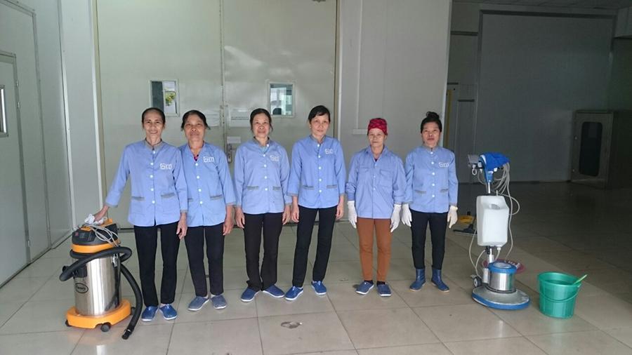 Nhân viên tạp vụ Hoàn Mỹ Clean được trang bị những trang thiết bị vệ sinh hiện đại
